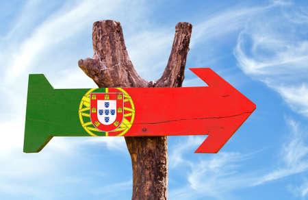 drapeau portugal: Signe de drapeau du Portugal avec des nuages ??et fond de ciel
