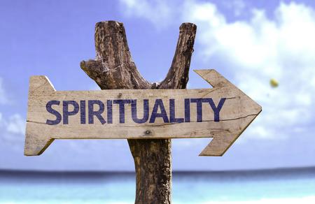 Spiritualiteit met pijl op het strand achtergrond
