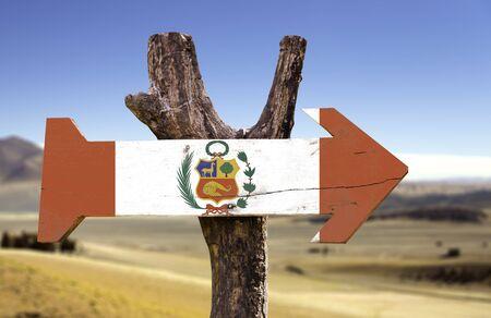 bandera de peru: signo de la bandera de Perú con la flecha en el fondo del desierto Foto de archivo