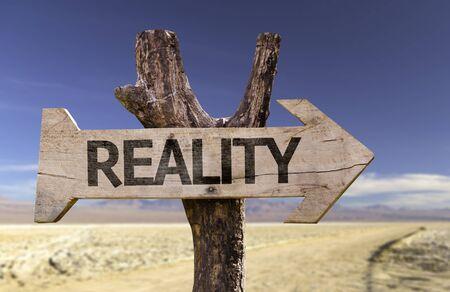 Reality met pijl op woestijn achtergrond