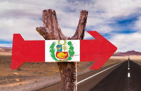 bandera de peru: signo de la bandera de Per� con la flecha en el fondo de carreteras Foto de archivo