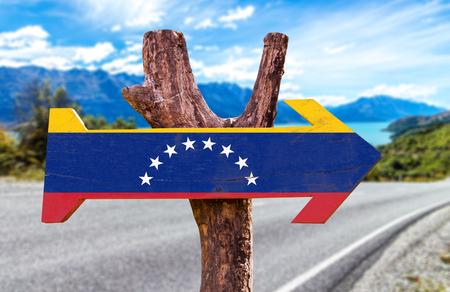 De vlag van Venezuela met pijl op de weg achtergrond
