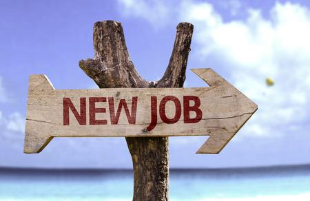 ビーチの背景にある矢印と新しい仕事記号