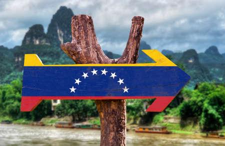 bandera de venezuela: bandera de Venezuela tablero de la muestra de madera en el fondo de los humedales