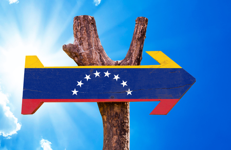 bandera de venezuela: signo de la bandera de Venezuela con la flecha en el fondo de sol Foto de archivo
