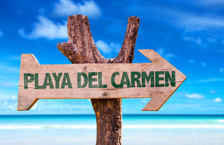 Playa del Carmen bord met pijl op strand achtergrond Stockfoto - 62374295