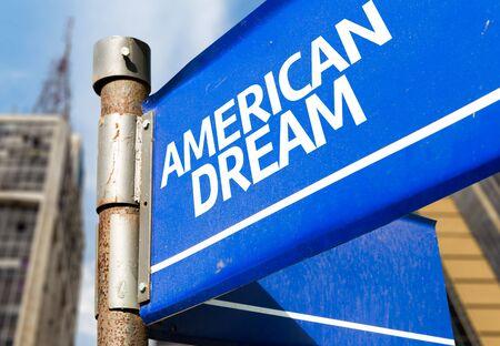Amerikaanse droomwijzerpaal op het bouwen van achtergrond Stockfoto - 62492215