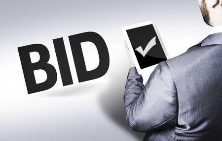 bid: hombre de negocios en vista de �ngulo bajo con el texto: la subasta