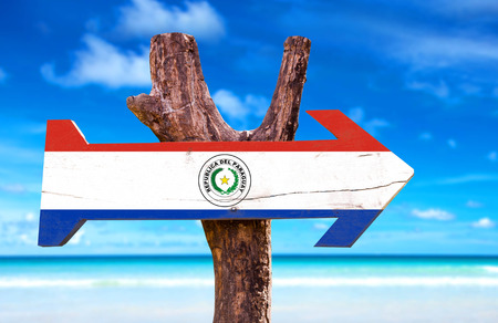bandera de paraguay: signo de la bandera de Paraguay con la flecha en el fondo de playa