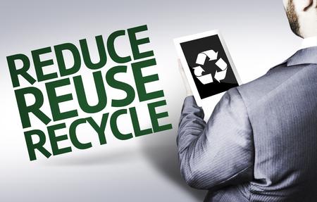 recycle reduce reuse: hombre de negocios en vista de ángulo bajo con el texto: reduzca la reutilización