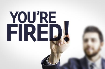 Zaken man wijst naar transparante bord met de tekst: Je bent ontslagen!