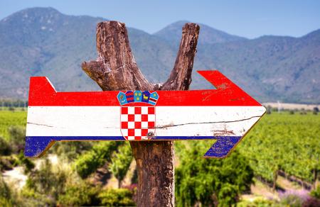 bandera croacia: Croatia flag wooden sign board in park Foto de archivo