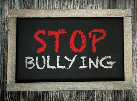workplace harassment: Detener el acoso escrito en la pizarra