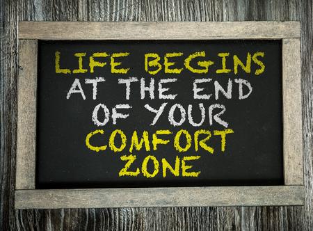 Das Leben fängt am Ende Ihrer Komfortzone auf Tafel geschrieben