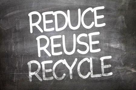 recycle reduce reuse: Reducir la reutilización de reciclaje escrito en la pizarra Foto de archivo