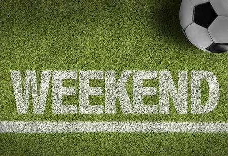 サッカーのフィールド上のテキスト: 週末