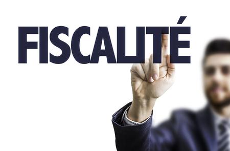 Geschäftsmann, der auf transparente Platte mit dem Text: Fiscalité (Steuersystem in Französisch) Standard-Bild - 63635805