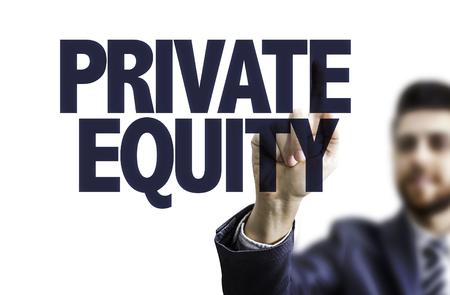 equidad: hombre de negocios apuntando hacia el tablero transparente con el texto: El capital privado Foto de archivo