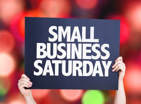 Handen met karton op bokeh achtergrond met tekst: Kleine bedrijven zaterdag