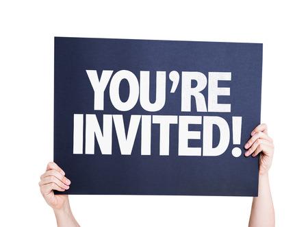 Hände halten Karton auf weißem Hintergrund mit dem Text: Sie werden eingeladen!