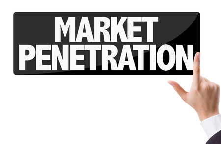 penetración: hombre de negocios presionando el botón con el texto: La penetración de mercado Foto de archivo