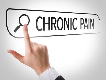 Main la recherche en ligne sur fond blanc avec le texte: la douleur chronique Banque d'images