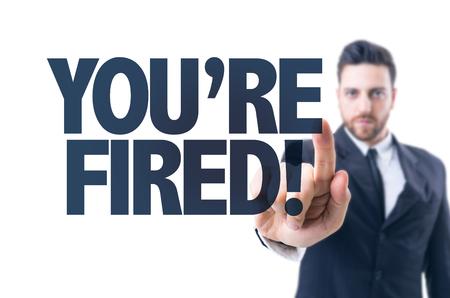 텍스트를 가리키는 비즈니스 남자 : 당신은 해 고있어!
