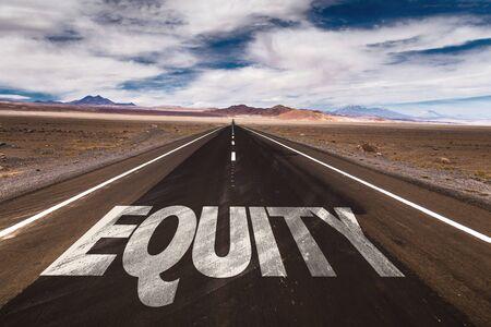 equidad: La equidad escrito en la carretera