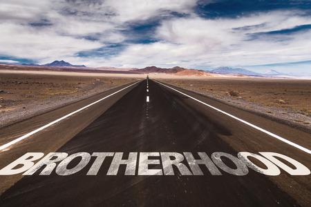 fraternidad: Hermandad escrito en la carretera