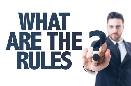 hombre de negocios que señala el texto: ¿Cuáles son las reglas?