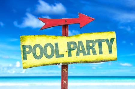 fiesta en la piscina firmar con la flecha en el fondo de la playa Foto de archivo