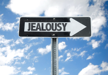 celos: signo de los celos con la flecha en el fondo de sol Foto de archivo