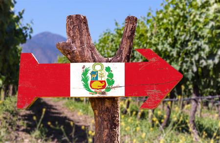 bandera de peru: bandera de Per� tablero de la muestra de madera en el parque Foto de archivo