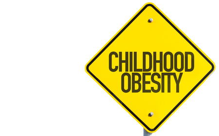 obesidad infantil: signo de la obesidad infantil en el fondo blanco