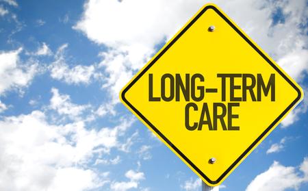pflegeversicherung: Die Langzeitpflege-Zeichen mit Wolken und Himmel im Hintergrund Lizenzfreie Bilder