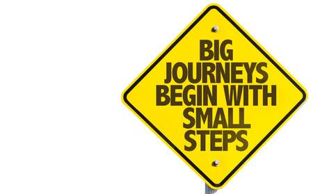 Große Reisen beginnen mit kleinen Schritten Zeichen auf weißem Hintergrund