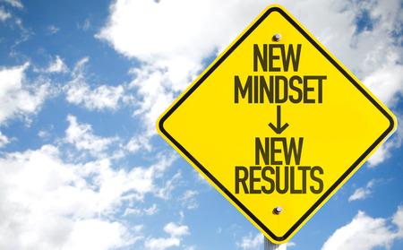 Nieuwe mindset - nieuwe resultaten ondertekenen met wolken en hemelachtergrond Stockfoto - 61396583