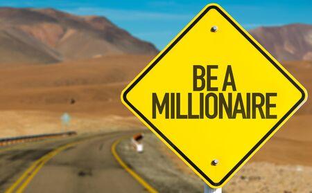 hombre millonario: Ser una señal millonario en un fondo de la carretera