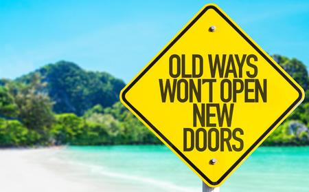 Les anciennes méthodes ne seront pas ouvrir de nouvelles portes signent avec fond de plage