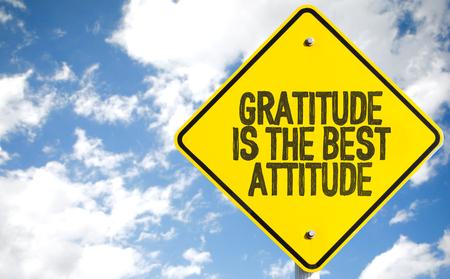 agradecimiento: La gratitud es la mejor señal de la actitud con las nubes y el cielo de fondo