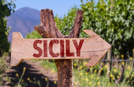 Sicilia cartello in legno con sfondo campo