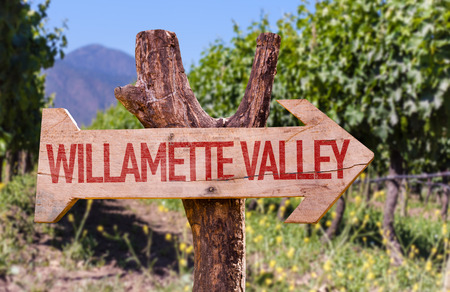 Willamette Valley wooden sign with winery background 版權商用圖片