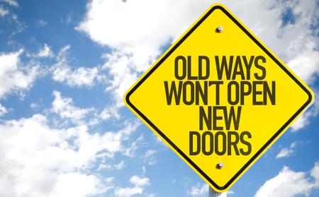 Oude Manieren Wont Open New Doors teken met hemelachtergrond