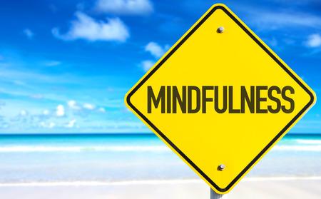 Mindfulness Schild mit Strand Hintergrund