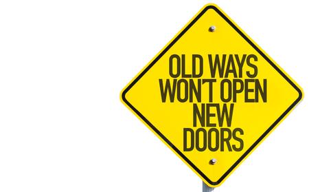 puerta abierta: Andadas costumbre abrir nuevas puertas signo aislado sobre fondo blanco