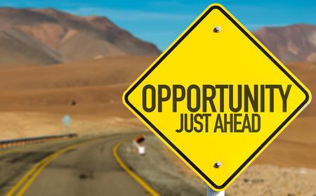 Opportunity alleen vooruit te ondertekenen op woestijnweg Stockfoto - 49636457