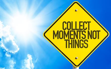 juntar: Recoger Momentos No Cosas cartel con el fondo del cielo Foto de archivo
