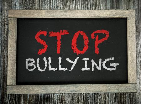 Stoppen Sie einzuschüchtern auf Tafel geschrieben
