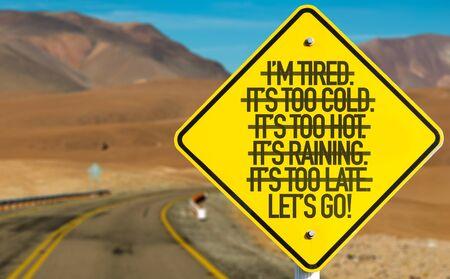 Laten we gaan! ondertekenen op woestijnweg Stockfoto