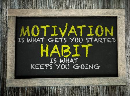 ¿Cuál es la motivación básica para empezar hábito es lo que le mantiene en marcha escrita en la pizarra